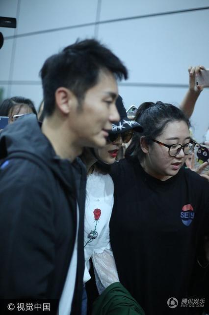 Lý Thần và Phạm Băng Băng bị fan vây kín khi xuất hiện tại sân bay cùng nhau, ngày 2/7. Hai người hiện là một trong những cặp tình nhân gây chú ý nhất của làng giải trí Hoa ngữ.