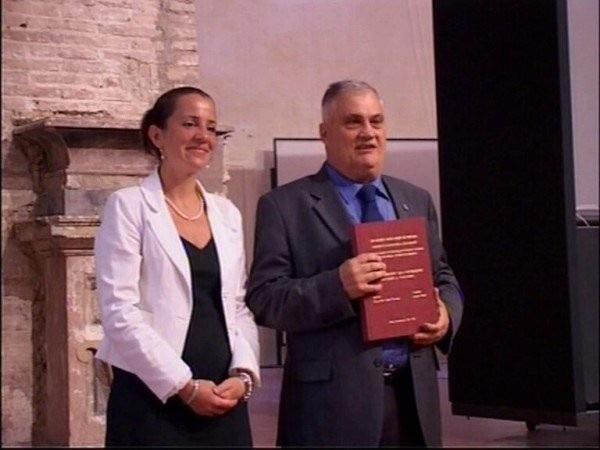 Ông Luciano Baietti (phải) sở hữu 15 tấm bằng đại học và thạc sĩ nhưng vẫn chưa muốn dừng lại