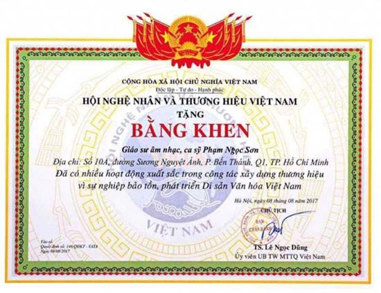 Bằng khen phong tặng Ngọc Sơn là Giáo sư âm nhạc. Ảnh: Vietnamnet.