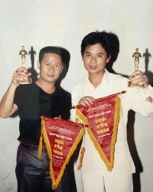 Bằng Kiều, Tấn Minh còn khá trẻ khi nhận giải thưởng cách đây gần 20 năm. Bằng Kiều viết khá hài hước: Giải thưởng Ngôi sao của báo Văn hóa năm 2000... Hình như bây giờ mình đẹp trai hơn hay sao ý.