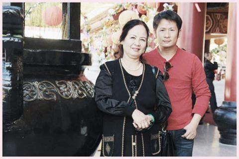 Nam ca sĩ Bằng Kiều và mẹ.