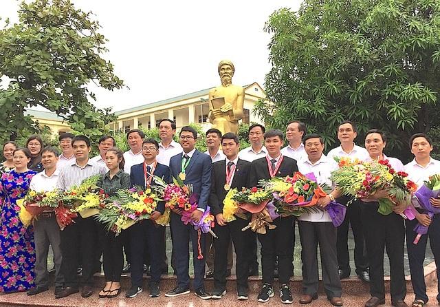 Lãnh đạo tỉnh Nghệ An, Sở GD&ĐT Nghệ An và các học sinh đoạt giải Olympic quốc tế tỉnh Nghệ An báo công trước tượng đài cụ Phan Bội Châu trong khuôn viên Trường THPT chuyên Phan Bội Châu (ảnh Nguyễn Duy)