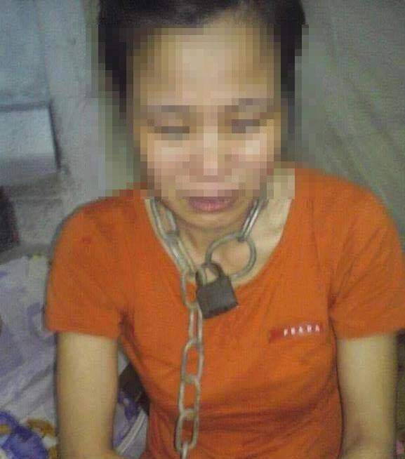 Hình ảnh chị T. bị xích khoá cổ lan truyền trên mạng xã hội gây phẫn nộ dư luận
