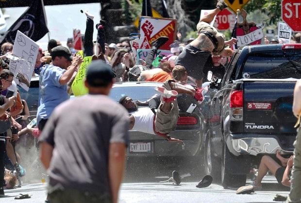 Một chiếc xe lao vào đám đông trong vụ bạo lực tại Charlottesville, Mỹ ngày 12/8 (Ảnh: AFP)