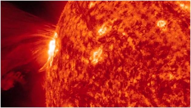 Một bức ảnh của NASA cho thấy một cơn bão mặt trời khổng lồ bùng phát trên bề mặt mặt trời.