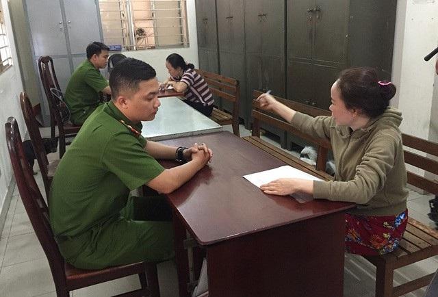 Công an phường 17 (quận Gò Vấp, TPHCM) làm việc với 2 bảo mẫu có hành vi hành hạ trẻ lúc cho ăn cháo.