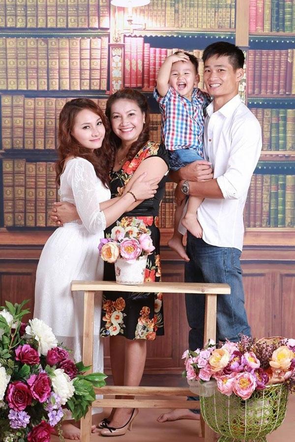 Vợ chồng Bảo Thanh và mẹ chồng.