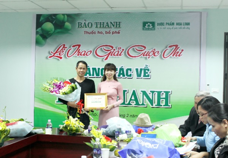 (Đại diện cho tác giả Phạm Thị Tâm, nhận giải nhất sáng tác câu đối về Bảo Thanh)