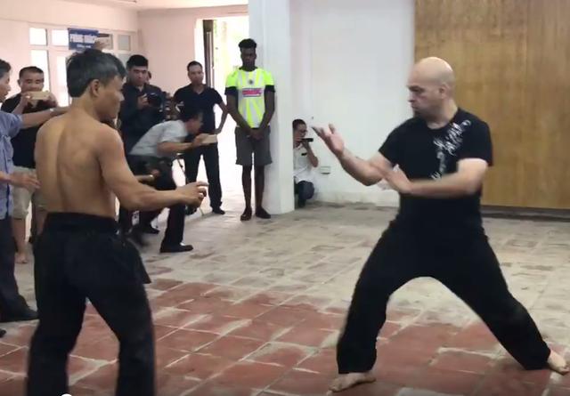 Trận đấu giữa võ sư Đoàn Bảo Châu (trái) và Flores có sự chênh lệch quá lớn về hạng cân