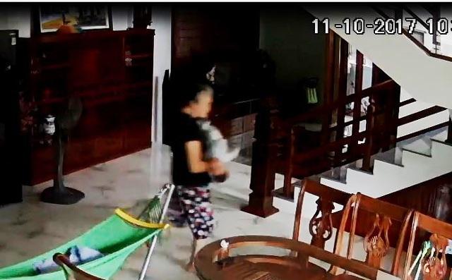 Bà L. có hành động giật, lắc cháu bé chưa đầy 5 tháng tuổi (ảnh cắt từ clip)