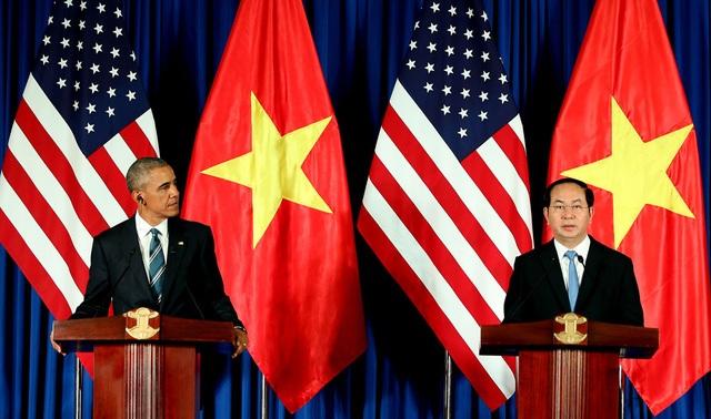 Chủ tịch nước Trần Đại Quang và Tổng thống Barack Obama đồng chủ trì cuộc họp báo quốc tế tại Hà Nội, tháng 5/2016. Vị Tổng thống thứ 44 của Hoa Kỳ đã chính thức tuyên bố dỡ bỏ lệnh cấm bán vũ khí sát thương cho Việt Nam (ảnh: Quý Đoàn).