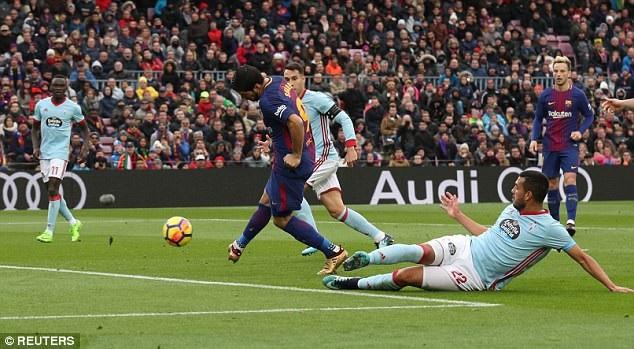 Luis Suarez nâng tỷ số lên 2-1 cho Barcelona ở đầu hiệp 2