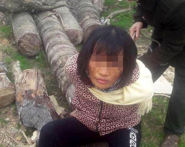 Người phụ nữ bị trói, quay video tung lên mạng xã hội vì bị cho là bắt cóc trẻ em.