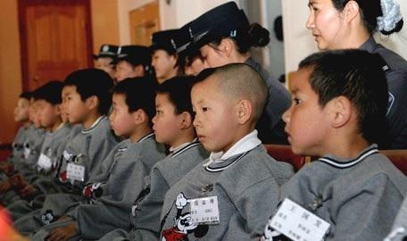 Những trẻ em Trung Quốc bị bắt cóc được cảnh sát giải cứu hồi năm 2013. (Ảnh: Krmagazine)