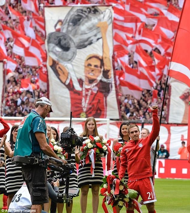 Tràn ngập bức hình Lahm trên khán đài Allianz Arena