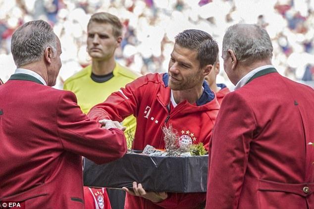 Xabi Alonso cũng nhận quà lưu niệm từ CEO của đội bóng, Karl-Heinz Rummenigge