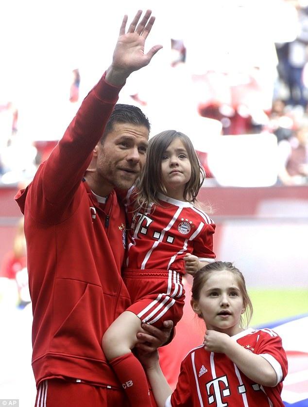 Xabi Alonso và các con vẫy tay chào tạm biệt những CĐV Bayern Munich