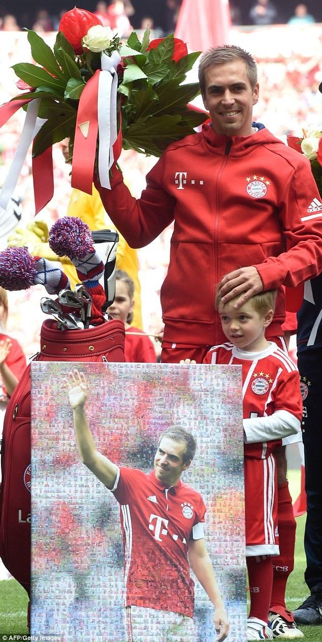 CĐV tặng Lahm bức ảnh được ghép từ những khoảnh khắc trong sự nghiệp của cầu thủ này