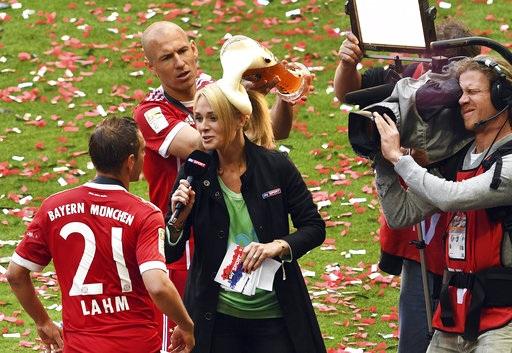 Thành viên của Bayern Munich tắm bia trong niềm hạnh phúc vỡ òa