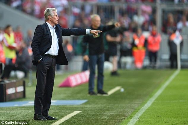 HLV Heynckes chỉ đạo các học trò trong suốt trận đấu