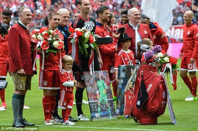 Trước trận đấu, Bayern Munich đã tổ chức lễ tri ân Lahm và Xabi Alonso