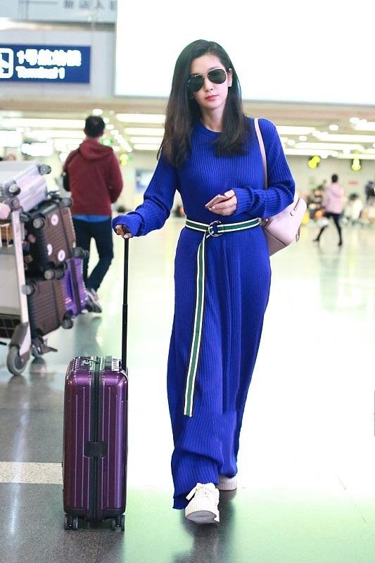 Lý Băng Băng sành điệu tại sân bay ở Trung Quốc, ngày 16/10.