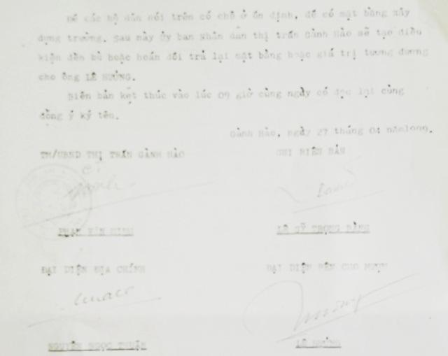 Biên bản mượn đất của ông Lê Hưởng được UBND thị trấn Gành Hào ký ngày 27/4/1999. Trong đó nêu rõ sau này thị trấn sẽ tạo điều kiện đền bù hoặc hoán đổi trả lại mặt bằng hoặc giá trị tương đương cho ông Lê Hưởng. Tuy nhiên, 17 năm qua, ông Hưởng đi đòi lại đất nhưng chính quyền địa phương vẫn không giải quyết.
