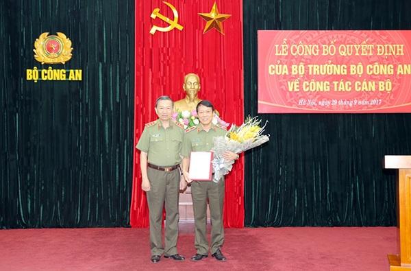 Thiếu tướng Lương Tam Quang (phải) nhận nhiệm vụ mới. (Ảnh: Bộ Công an)