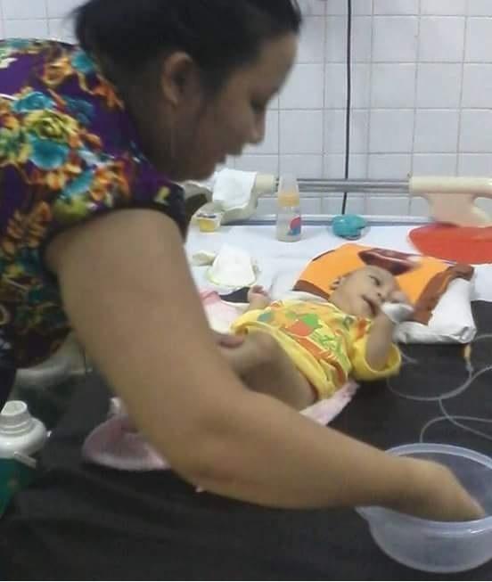 Công việc mà chị Loan làm hơn 1 năm qua chỉ là chăm con và chăm chồng trong bệnh viện, cuộc sống đã khó lại càng thêm khó
