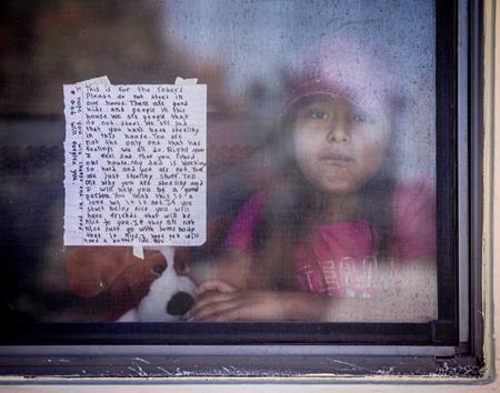 Wendy viết thư gửi những tên trộm rồi dán lên cửa sổ