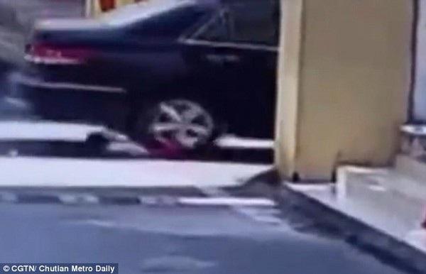 Khoảnh khắc bé gái bị bánh sau chiếc xe cán qua người