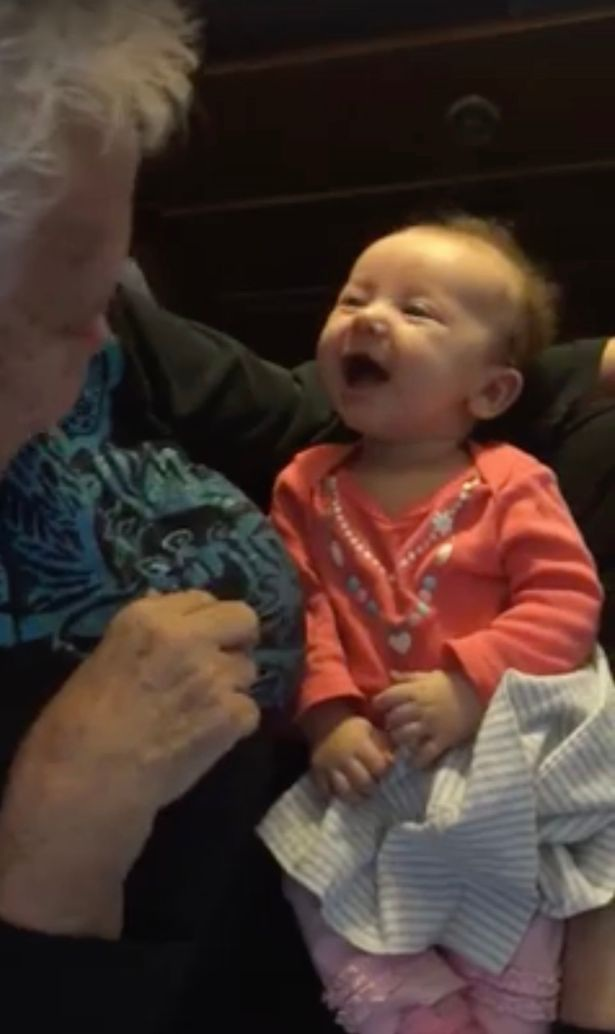Clip em bé 9 tuần tuổi khiếm thính học nói chuyện cùng bà ngoại lay động triệu người xem - 2