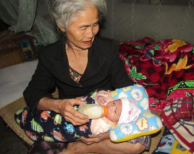 Mẹ điên, những ngày bé thơ của bé Quý đều do bà ngoại già yếu chăm sóc.