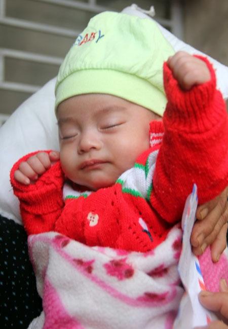 Nhờ sữa, áo quần, hơi ấm, tình thương của các nhà hảo tâm hỗ trợ, sẻ chia, bé Quý 2 tháng tuổi trông kháu khỉnh, đáng yêu.