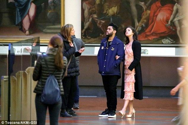 Cặp tình nhân trẻ ghé vào một bảo tàng để ngắm những tác phẩm nghệ thuật nổi tiếng