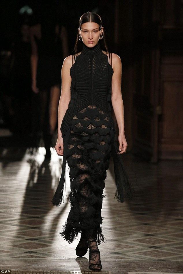 Bella Hadid trong buổi diễn của Givenchy trước đó vài giờ