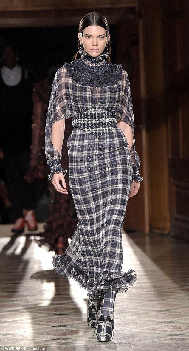 Siêu mẫu Kendall diện bộ trang phục lạ mắt trên sàn catwalk.