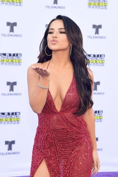Ca sỹ tên thật là Rebbeca Marie Gomez bắt đầu phát triển sự nghiệp là diễn viên vào năm 2008 với vai diễn trong phim El Tux