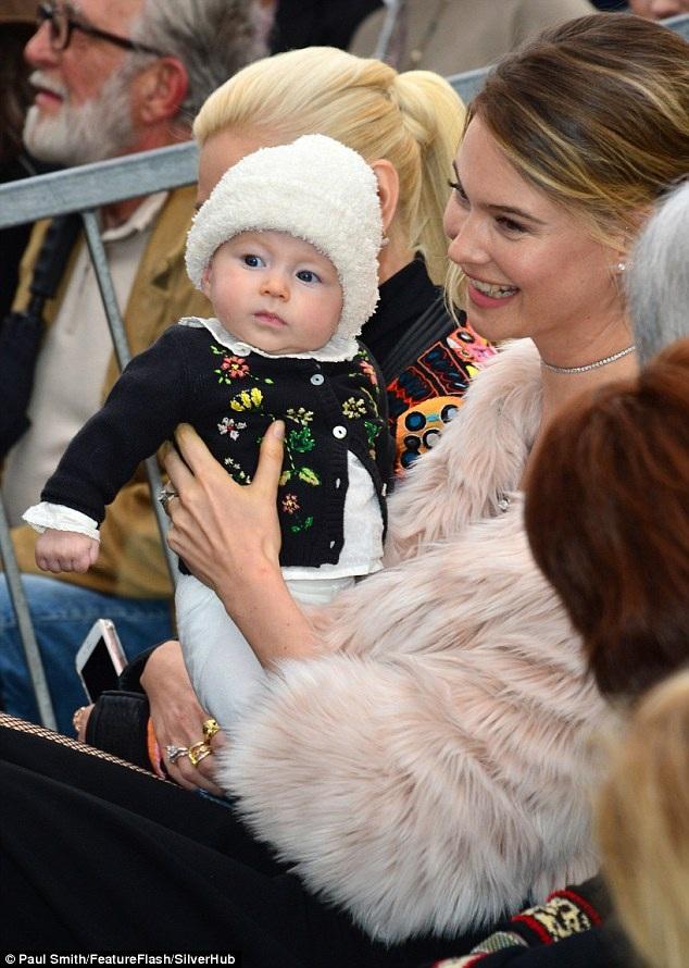 Cô con gái Dusty Rose của Adam Levine và siêu mẫu Behati Prinsloo rất đáng yêu và khảu khỉnh.