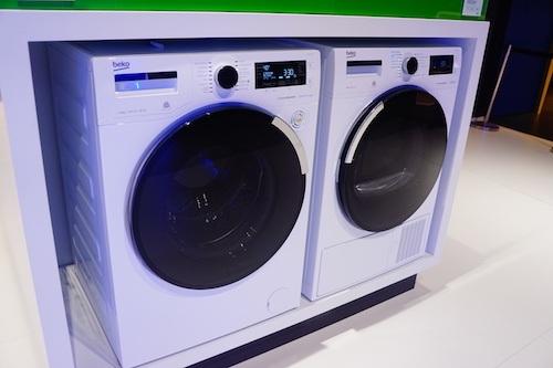 Chiếc máy giặt cho phép người dùng chống nhăn cho quần áo bằng một chạm trên ứng dụng Home Whiz trên điện thoại.