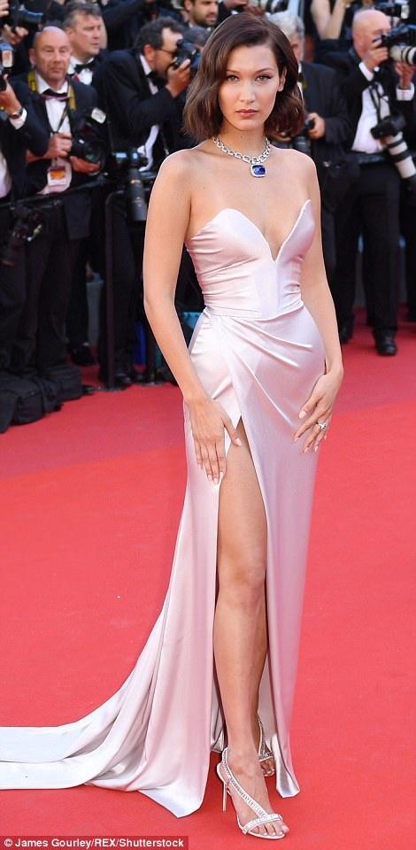 Bella Hadid tỏa sáng tại lễ khai mạc LHP Cannes năm 2017 trong chiếc đầm lụa ôm sát cùng được xẻ cao ở chân.