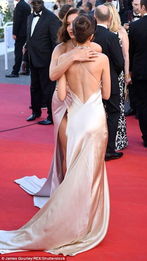 """Siêu mẫu 9X """"hớ hênh"""" trên thảm đỏ Cannes 2017 - 15"""