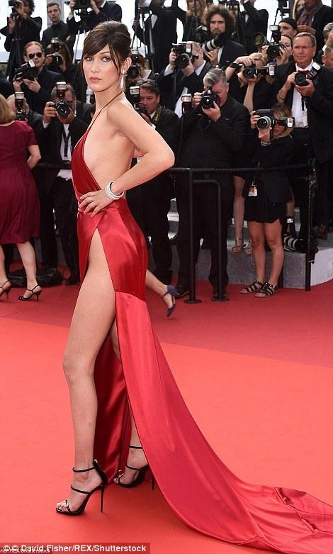 Năm ngoái, cô gái xinh đẹp này cũng là khách tại LHP quốc tế Cannes. Cô cũng chọn một chiếc váy lụa rất táo bạo với đường xẻ gợi cảm trên hông.