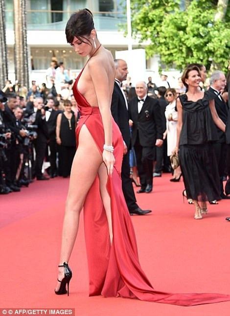 """Siêu mẫu 9X """"hớ hênh"""" trên thảm đỏ Cannes 2017 - 21"""