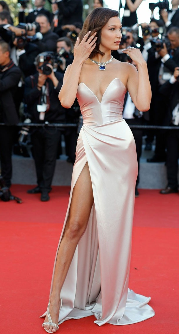 """Siêu mẫu 9X """"hớ hênh"""" trên thảm đỏ Cannes 2017 - 2"""