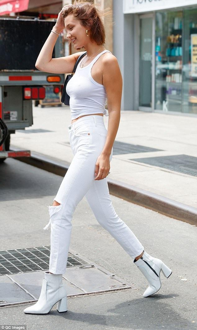 Bella Hadid đang là một trong những chân dài thế hệ 9x được săn đón và quan tâm nhất thế giới. Cô là em gái của siêu mẫu Gigi Hadid và được mời trình diễn cho Victorias Secret vào cuối năm 2016.