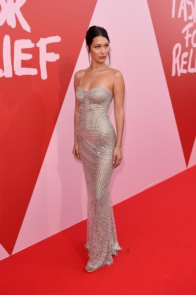 Bella Hadid trình diễn thời trang vì mục đích từ thiện trong LHP Cannes năm nay