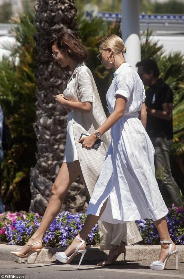 Hailey Baldwin và Bella Hadid thu hút mọi sự chú ý trên phố