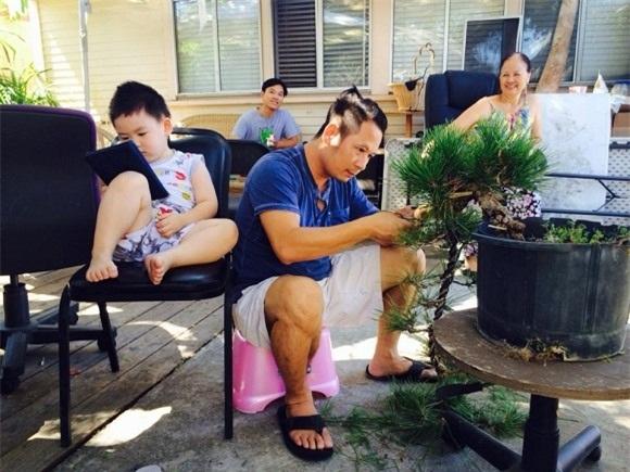 Hình ảnh cuộc sống của Bằng Kiều tại Mỹ cùng mẹ và các con trai.