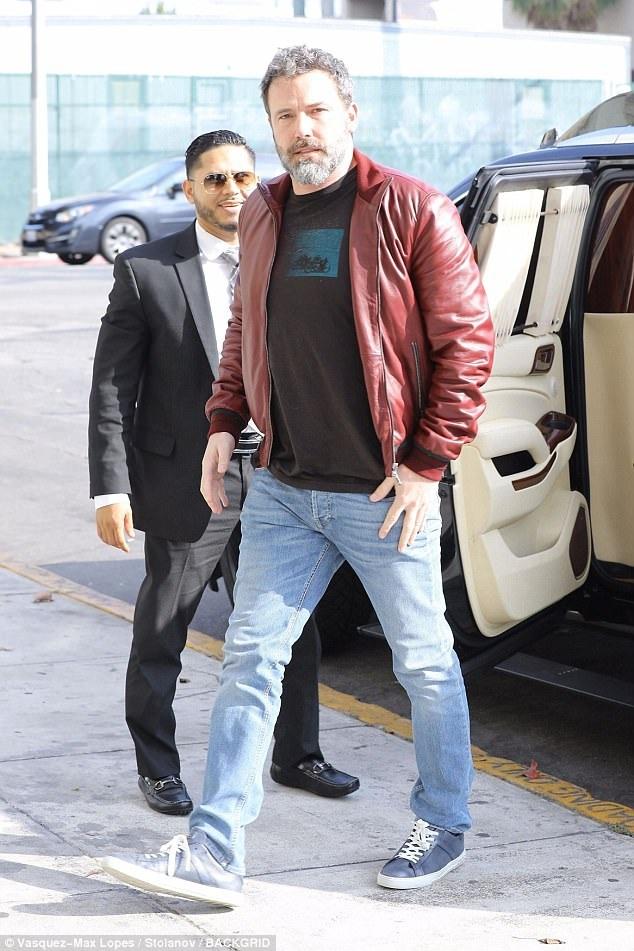 Ben Affleck béo và già nua khi ra phố ngày 19/10 vừa qua. Tài tử 45 tuổi gây thất vọng với hình ảnh gần đây...